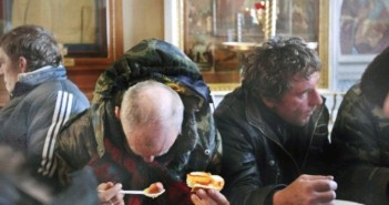 00-2012-homeless-in-moscow-meal-in-parish-702x336 (1)-min